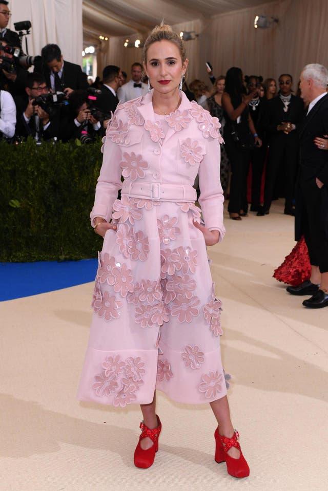 <b>エリザベスフォンサーン王女とタク�NS�ー, 2017</b><br><br>エリザベス・フォン・サーン・ウント・タクシス王女も翌年、シモーネ・ロシャがデザインした淡いピンクのオーバーコートを着てメットガラに出席しました。. 衣服は3D花の装飾で覆われ、赤い四角いつま先のかかととペアになりました.