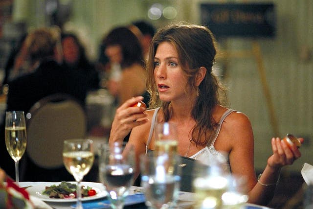 """During a scene in season nine, episódio 15 (""""The One with the Mugging""""), Jennifer Aniston was replaced with a stand-in while her character Rachel was still in shot. She sits at the table at the edge of the frame and is even wearing a different top. In another scene, Febe, is chatting to her friend  Monica, but it's not Monica. It's Courteney Cox's body double who has been left carelessly in the shot."""