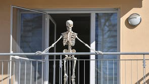 A skeleton stands on a balcony in Frankfurt, Tyskland
