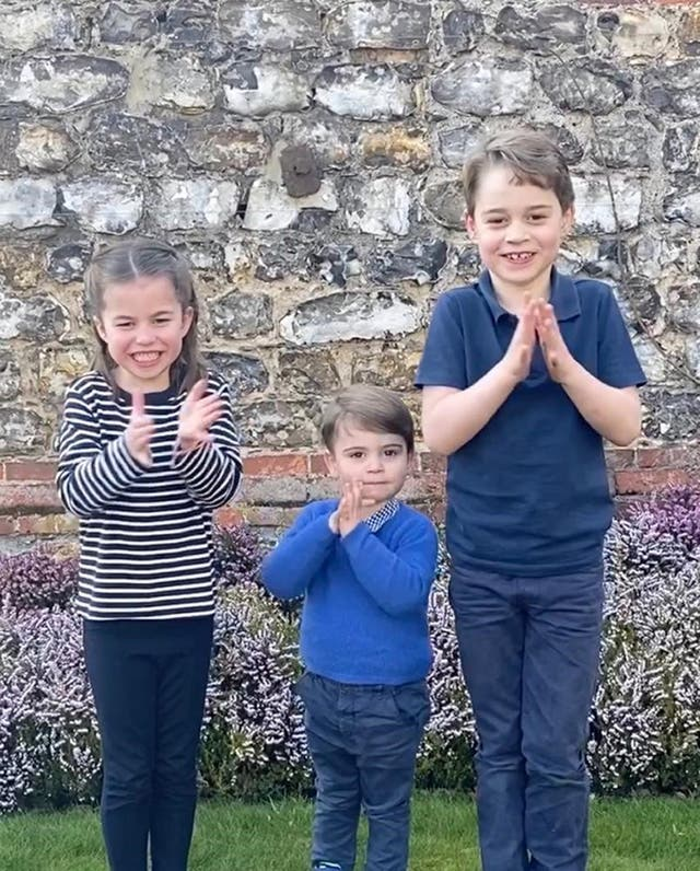 Princes George (Ikke sant), Louis (senter) and Princess Charlotte joining in a national applause for the NHS as people across the country showed their appreciation for all NHS workers who are helping to fight the coronavirus