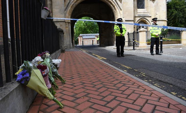 Flowers are laid close to the scene where three people were stabbed in Forbury Gardens in Reading, Bretagne, 21 juin 2020. British Police have now declared the stabbing incident where three people were killed and other three seriously injured in a park in Reading, a terrorist attack. The 25-year-old man was arrested at the scene in Forbury Gardens.