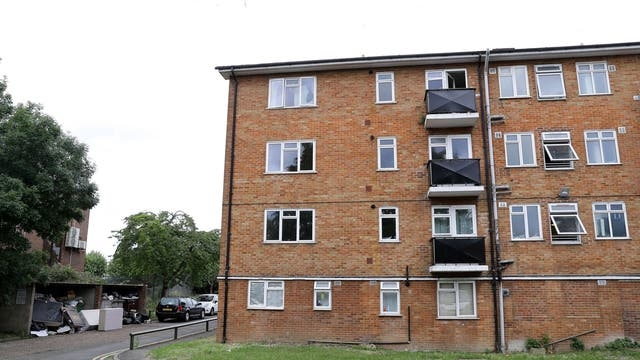 READING, ENGLAND - JUNE 21: A view of the outside of the top floor of a block of flats on the Basingstoke Road on June 21, 2020 in Reading, Angleterre. A lone attacker targeted groups of people socialising in Forbury Gardens stabbing them in the neck in what police are treating as a terror incident. Three people have died and three more who were injured are in a serious condition. Officers from Counter Terrorism Policing South East (CTSPE) raided a block of flats in the city last night. A 25-year-old male Libyan National is in police custody. (Photo by Richard Heathcote/Getty Images)