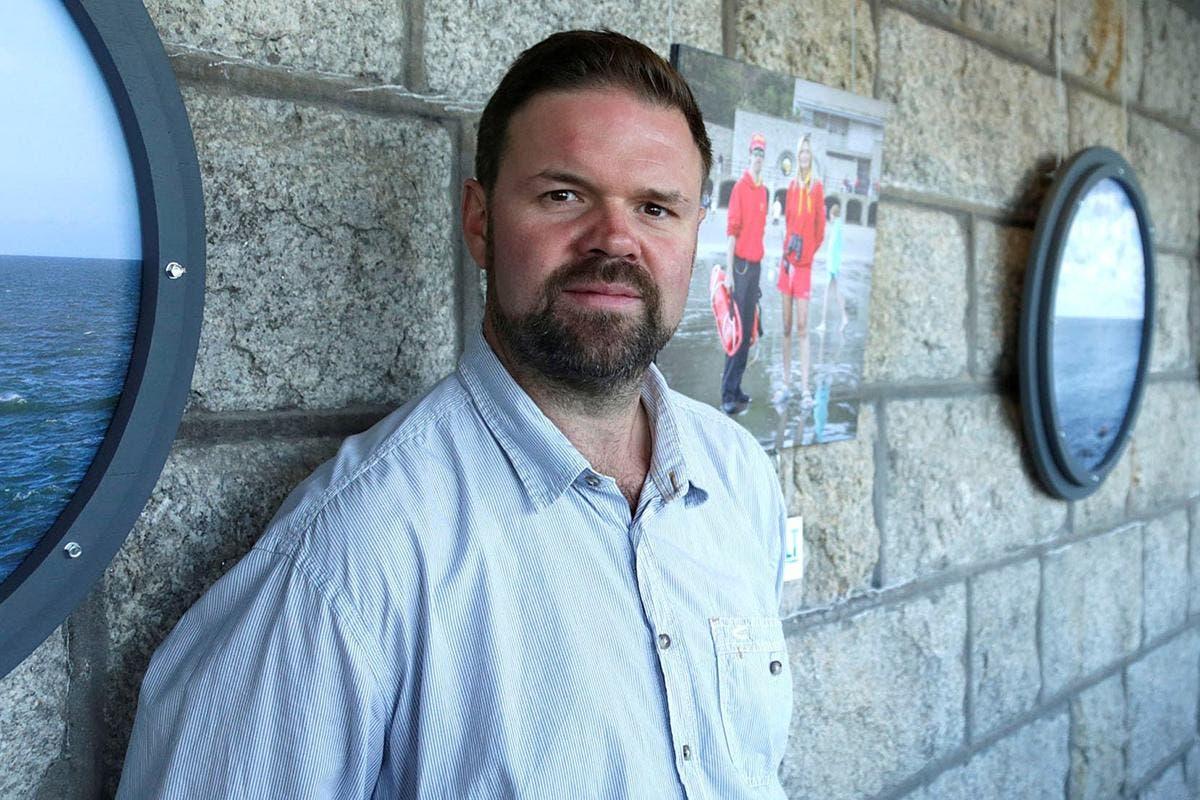 La police s'excuse auprès d'un journaliste illégalement arrêté à l'extérieur de la caserne Napier