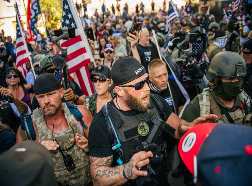 Un manifestante de derecha habla con manifestantes de izquierda frente al Louisville Metro Hall el 5 de septiembre de 2020 en Louisville, Kentucky. Antes del Derby de Kentucky