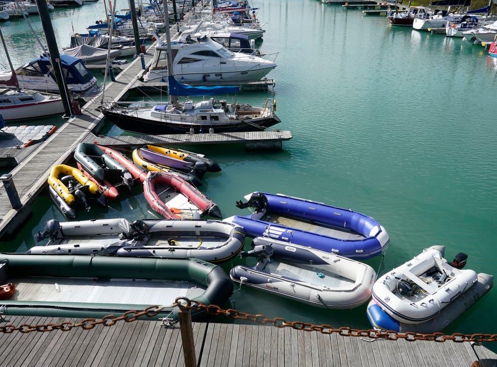 Los botes inflables, que se cree que fueron utilizados por los migrantes para cruzar el Canal, se almacenan en Dover Marina.