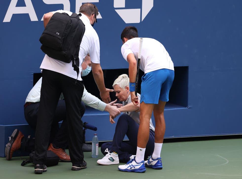 Djokovic corrió a auxiliar a la juez de línea, sin embargo tuvo que ser expulsado.