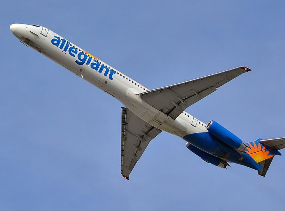 Los pasajeros de Allegiant Air se han quejado de que el personal no usa las máscaras correctamente