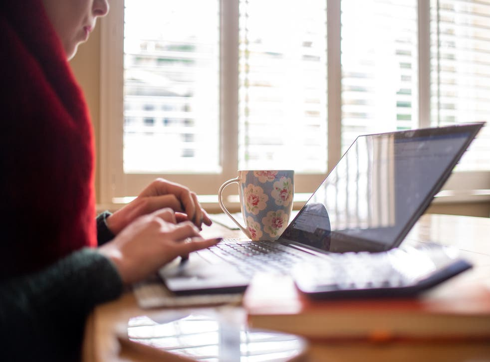 Trabajar desde casa para administrativos jóvenes en pisos o casas compartidas puede ser una experiencia incómoda.