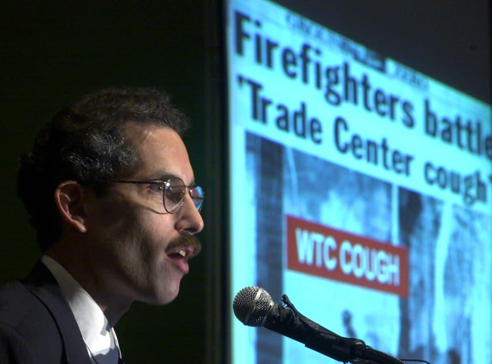 El Dr. David Prezant, director médico del Departamento de Bomberos de Nueva York, fotografiado aquí en 2001, dos meses después de brindar atención médica el 11 de septiembre.