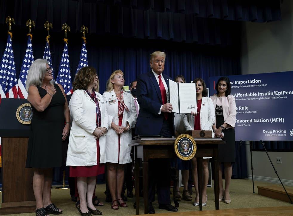 Trump firmó cuatro de esas órdenes este verano