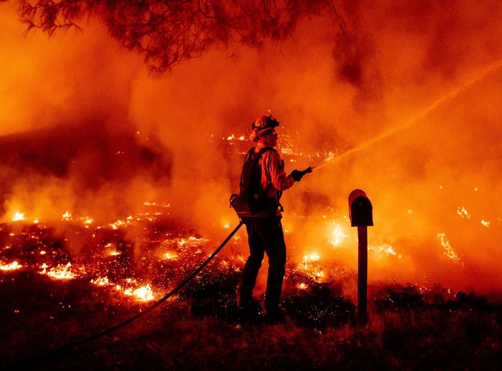 El incendio Bobcat destruyó el Centro de Información del Área Natural Devil's Punchbowl, una maravilla geológica que atrae a unos 130,000 visitantes por año