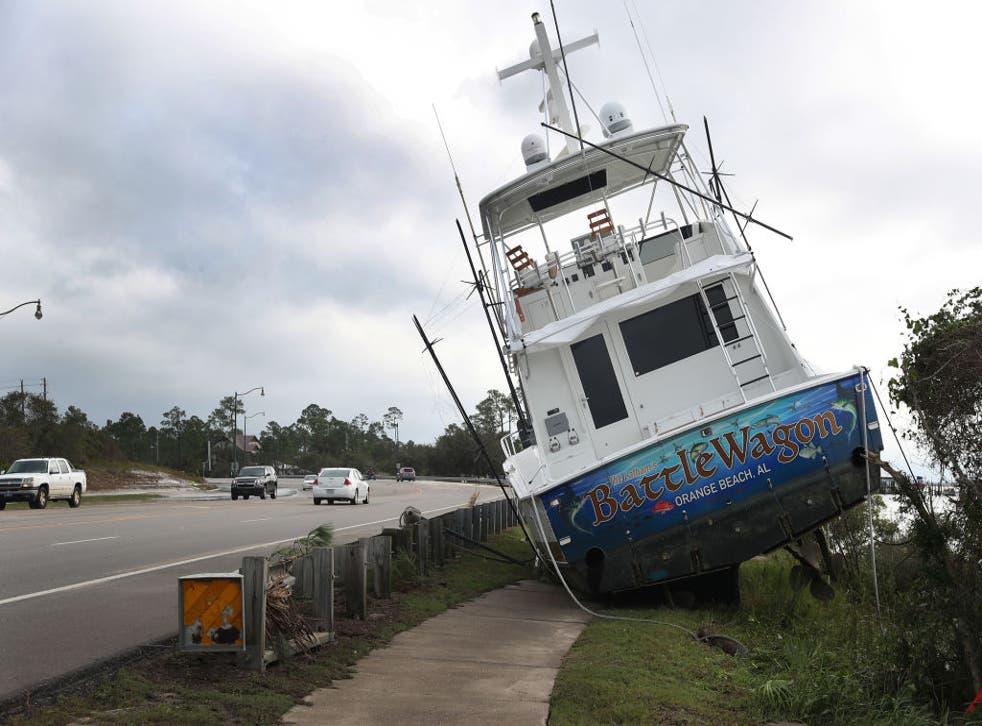 Imagen de un bote en Florida que terminó en el borde de la carretera debido al paso de Sally.