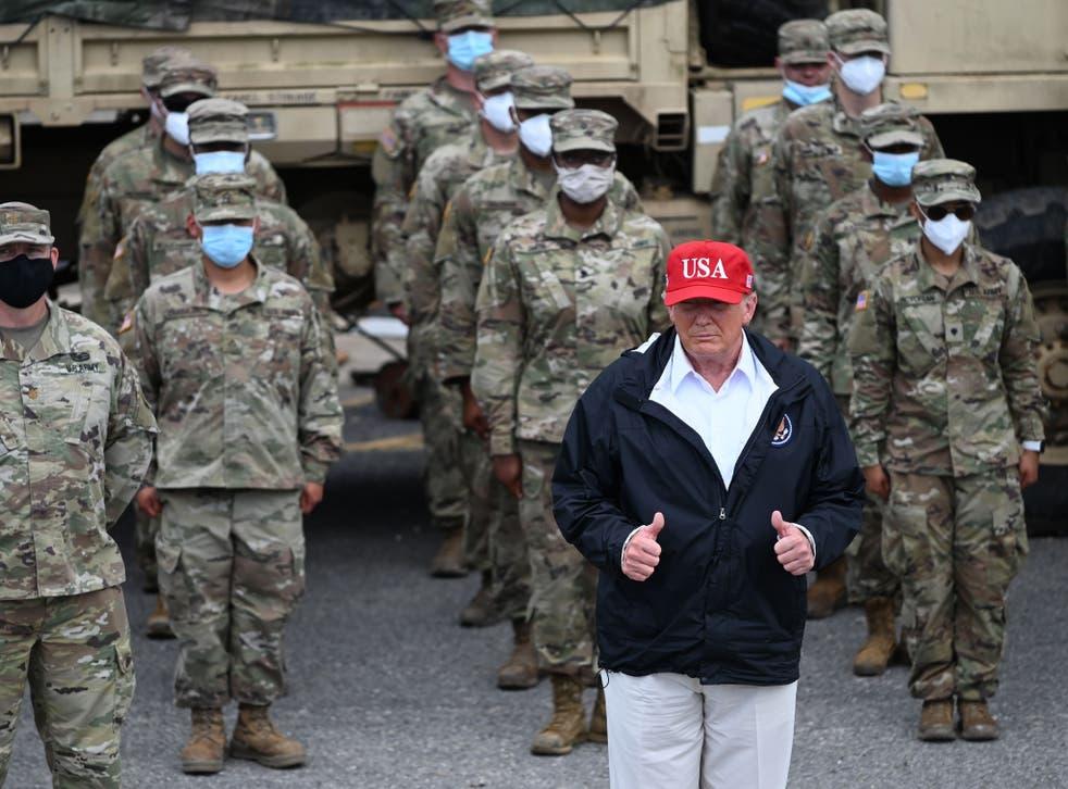 Donald Trump con tropas de la Guardia Nacional en Lake Charles, Louisiana, el 29 de agosto de 2020 después de que el huracán Laura arrasara el área.
