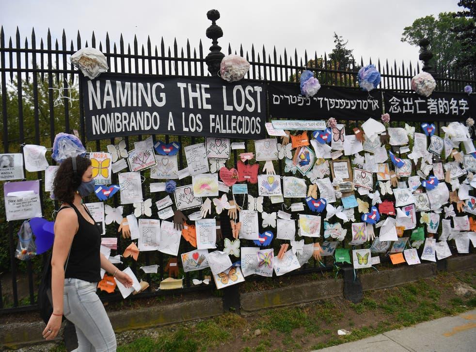 Una mujer pasa junto a un monumento a los que perdieron la vida a causa del Covid-19 en la ciudad de Nueva York en mayo de 2020