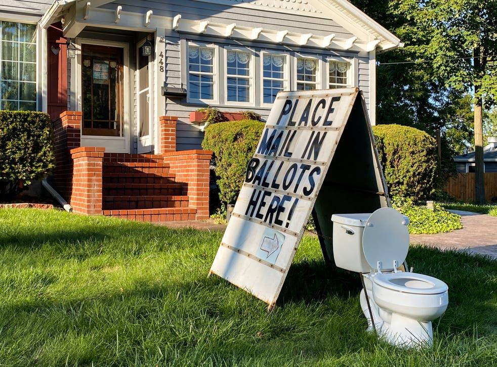 Un ciudadano se burló del sistema de voto por correo y pidió que emitieran las papeletas electoras en un inodoro colocado sobre su jardín