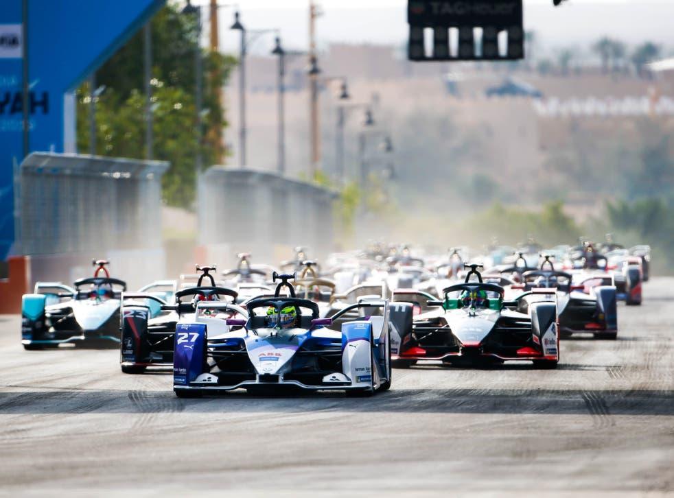 Los pilotos de Fórmula E compiten durante el E-Prix Diriyah 2019 en Arabia Saudita.