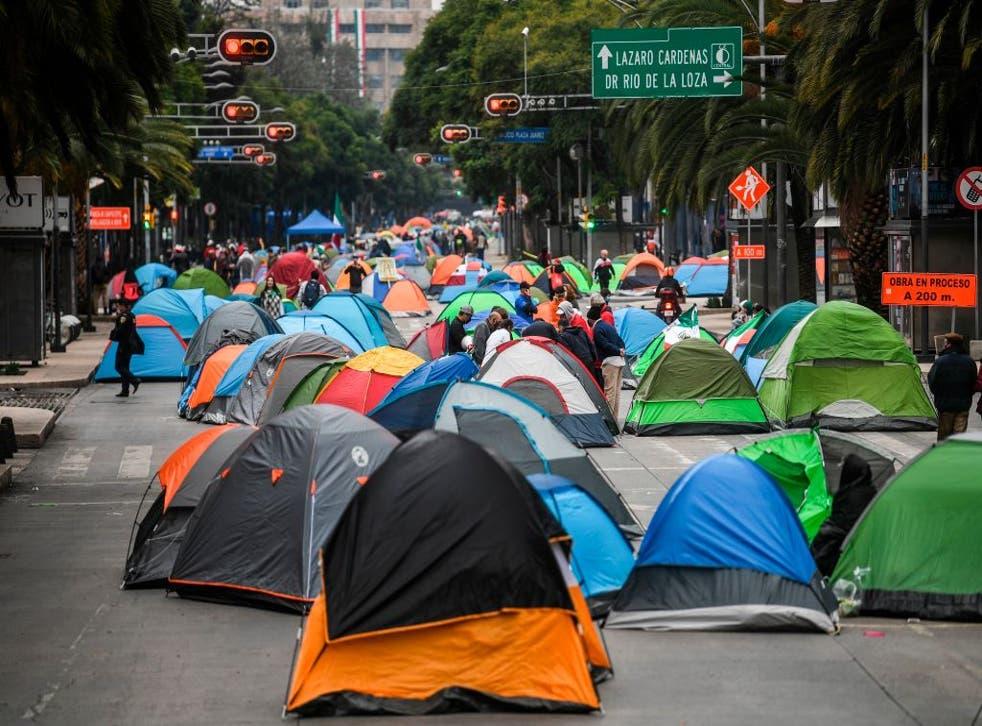 Opositores del presidente Andrés Manuel López Obrador acamparon este domingo en el centro de la Ciudad de México.