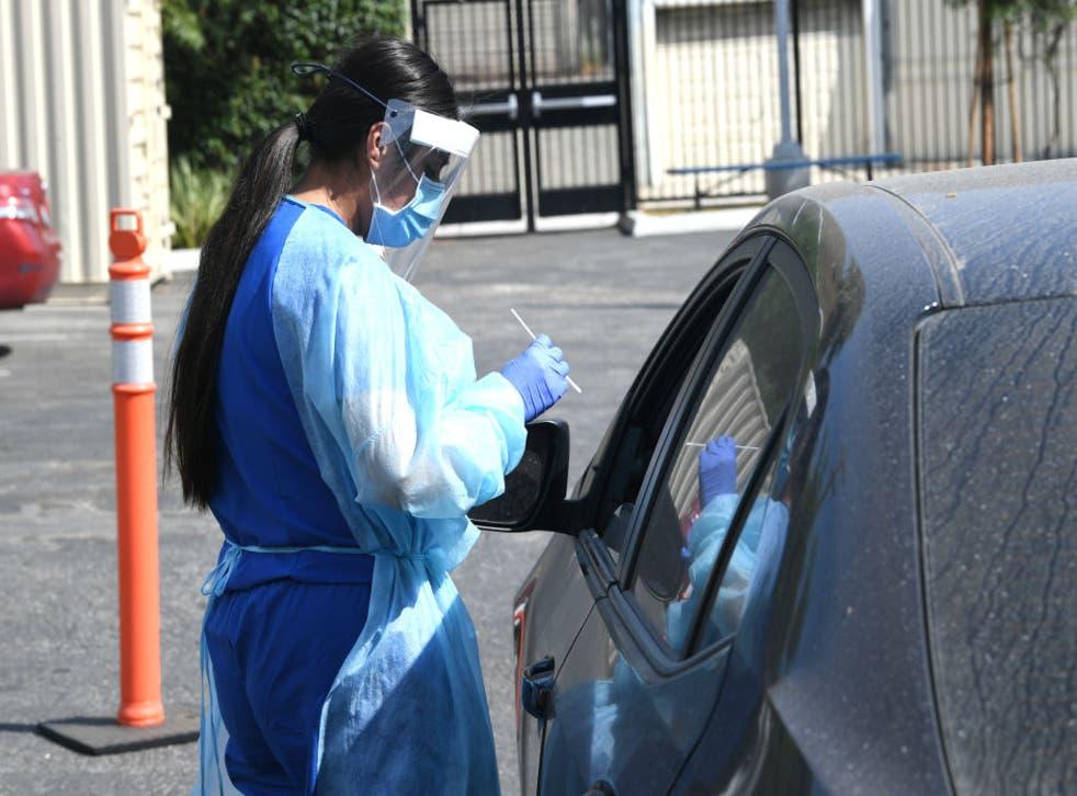 Personal médico realiza pruebas Covid-19 a estudiantes y profesores en University Prep Value High School en California.