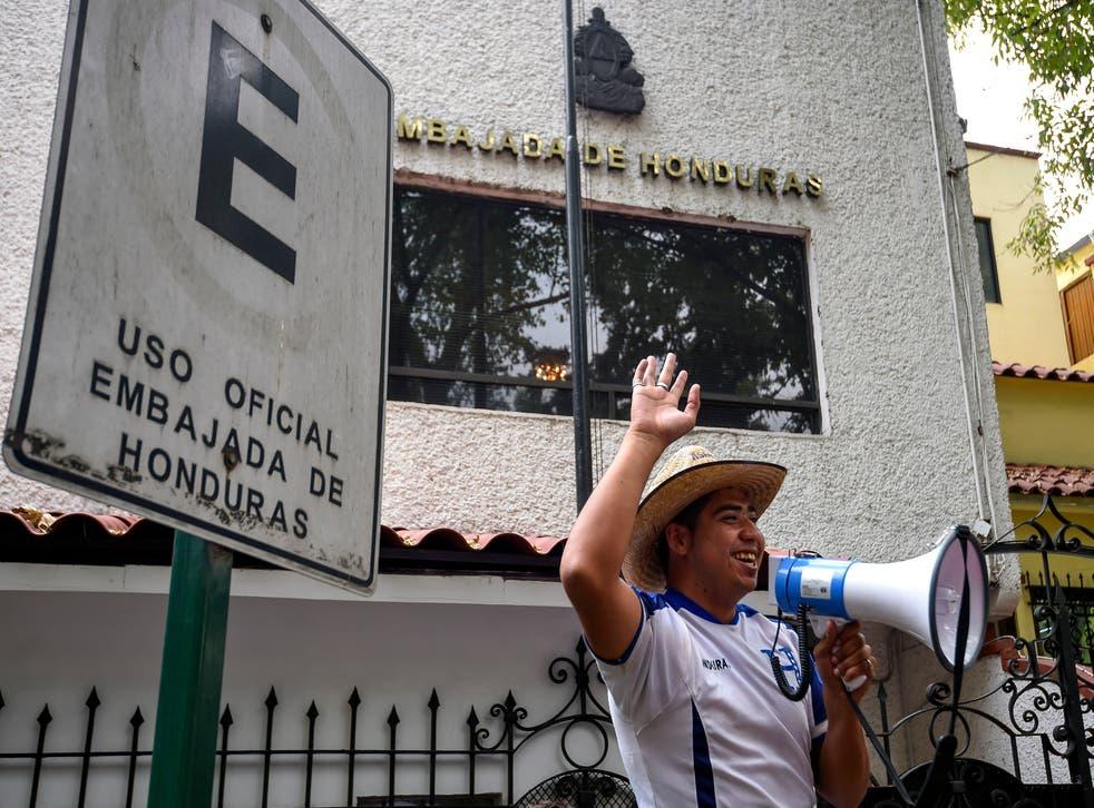 Migrante hondureño forma parte de protestas afuera de la embajada de Honduras en México. Abril, 2018.
