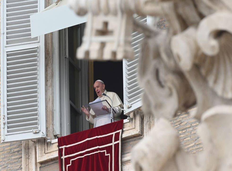 El papa Francisco habla desde su ventana este lunes 21 de septiembre.
