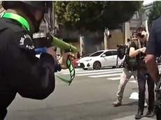 Policía de Los Ángeles publica video del ataque de un oficial con una bala de espuma a un manifestante