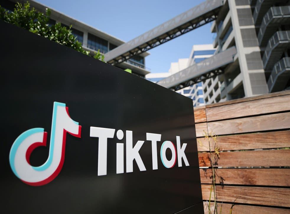 Logo de TikTok afuera de las instalaciones de sus oficinas.