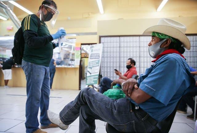 En la semana pasada el gobierno recibió 870.000 solicitudes de ayuda por desempleo.