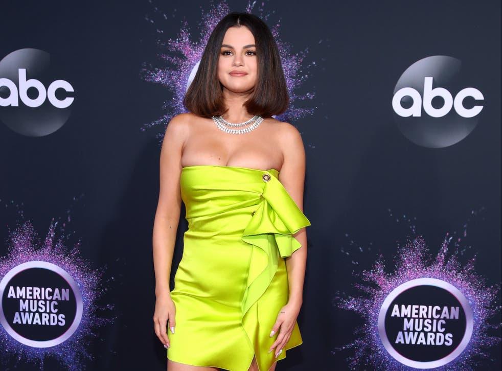 Selena Gomez luce cicatriz de trasplante de riñón