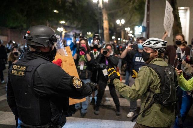 Policía de Portland confisca escudo de un manifestante.