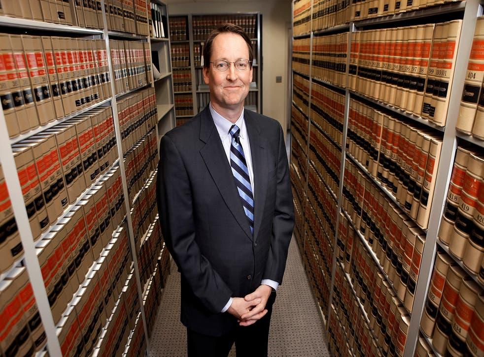 Fotografía de archivo del 19 de abril de 2010 muestra al juez federal de distrito William Conley en el Palacio de Justicia de los Estados Unidos en Madison.