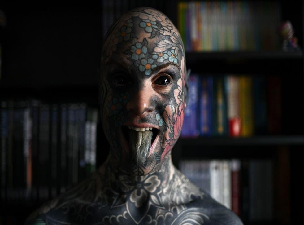 """Sylvain, alias Freaky Hoody, maestro de escuela primaria y """"el hombre más tatuado"""" de Francia, posa con los ojos llenos de tinta negra en Palaiseau, al sur de París, Francia."""