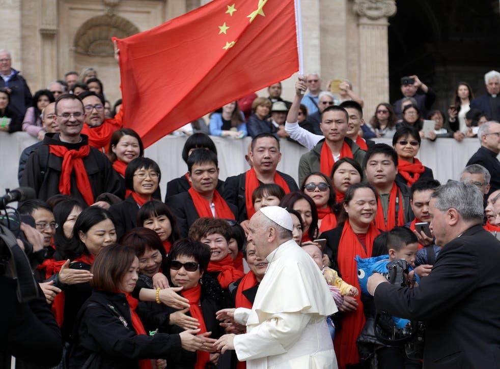 El Papa saludando a un grupo de visitantes de China.