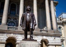Estatua de Stephen A. Douglas es retirada del Capitolio de Illinois