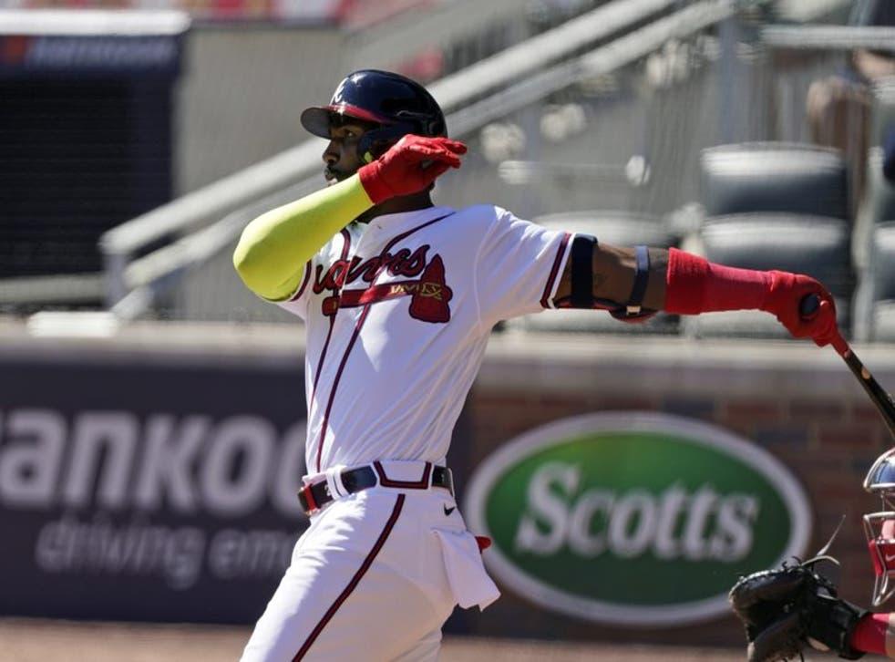 Marcell Ozuna (20) de los Bravos de Atlanta dispara un jonrón de dos carreras en el octavo inning ante los Rojos de Cincinnati.