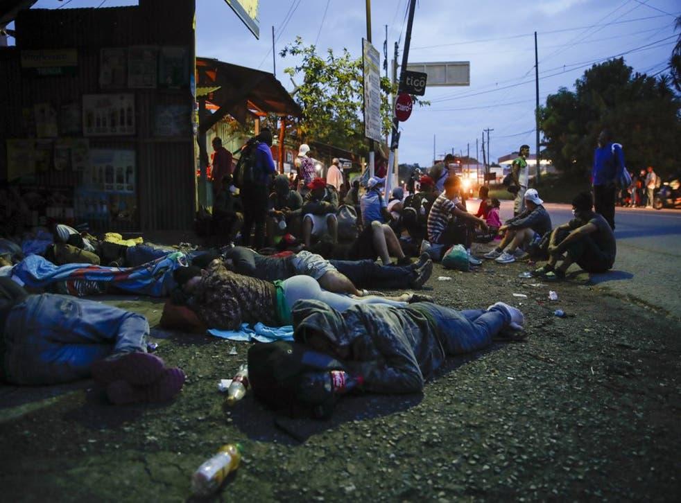 Unos 2.000 migrantes hondureños que esperaban llegar a Estados Unidos entraron a Guatemala a pie el jueves, pero el presidente guatemalteco Alejandro Giammattei prometió detenerlos y devolverlos a su país de origen.