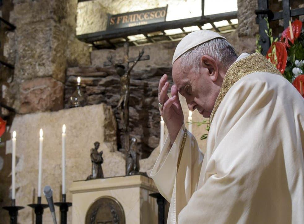 El papa Francisco celebra una misa en la cripta de la Basílica de San Francisco, en Asís, Italia, el sábado 3 de octubre de 2020.  (Vatican Media)