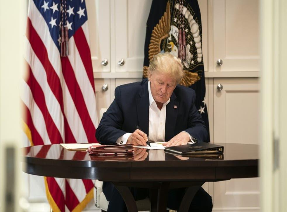 El presidente Donald Trump en la suite presidencial del Hospital Walter Reed en Bethesda, Maryland, el 3 de octubre del 2020. (Joyce N. Boghosian/la Casa Blanca via AP)
