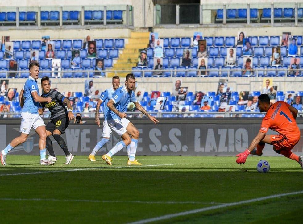 El delantero argentino Lautaro Martínez (segundo desde la izquierda) al anotar el gol del Inter de Milán en el empate 1-1 contra la Lazio por la Serie A italiana.