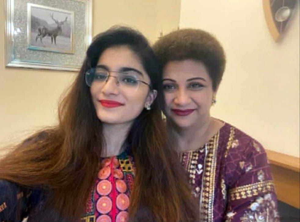 Una foto familiar de la Dr. Saman Mir Sacharvi y su hija Vian Mangrio de 14 años