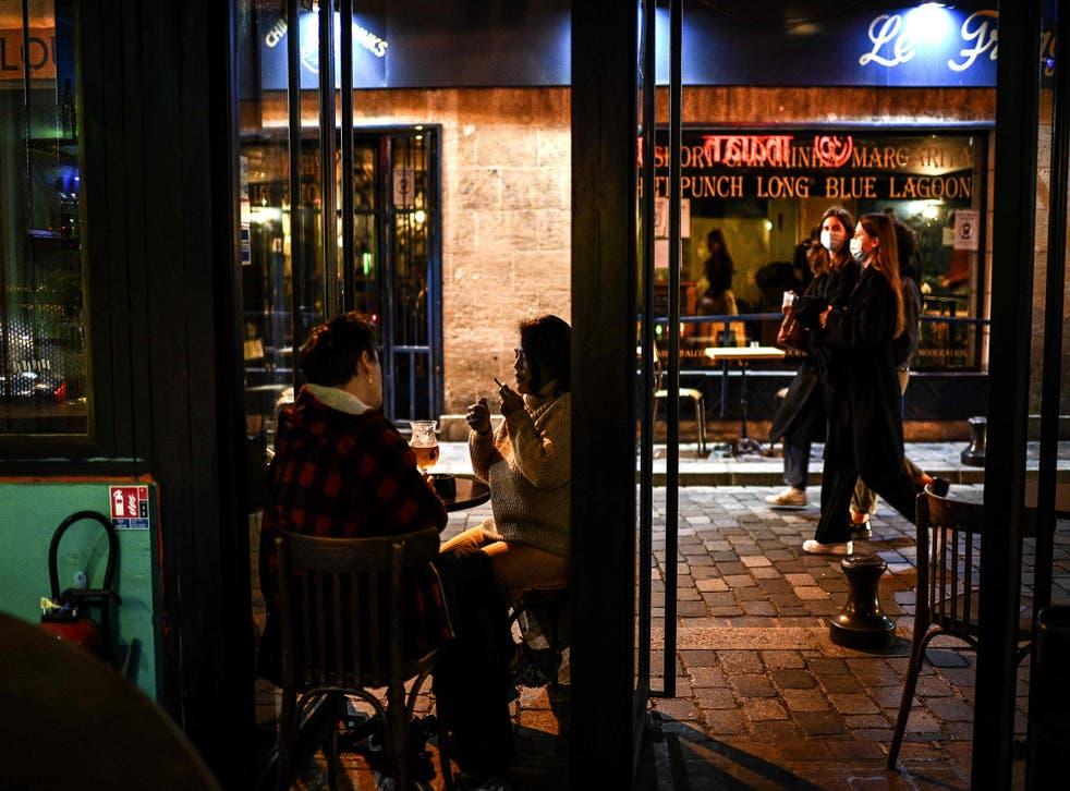 Los bares se verán obligados a cerrar en la capital francesa durante 15 días, después de que se aprobara un toque de queda a partir de las 10 de la noche