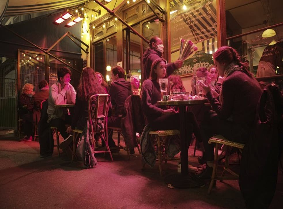En imagen de archivo del 26 de septiembre de 2020, comensales llenan una terraza de una cafetería en París. (Foto/Lewis Joly, archivo)