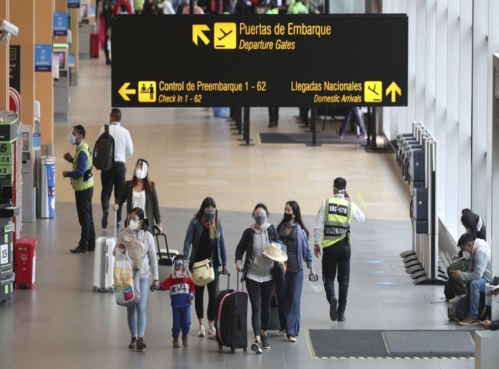 Los pasajeros llegan al Aeropuerto Internacional Jorge Chávez en Callao, Perú, el lunes 5 de octubre de 2020. Luego de que los vuelos internacionales estuviesen detenidos por más de seis meses. (Foto: Martín Mejía)