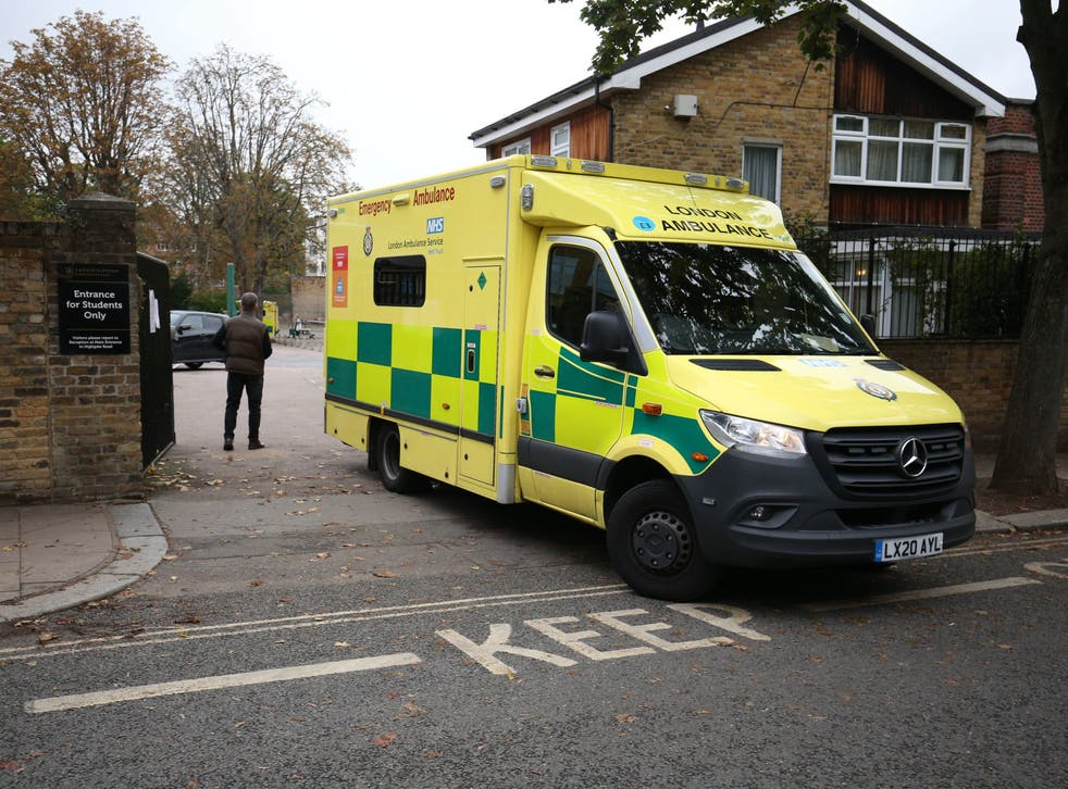 Una ambulancia sale de La Sainte Union Catholic School en Highgate, al norte de Londres.