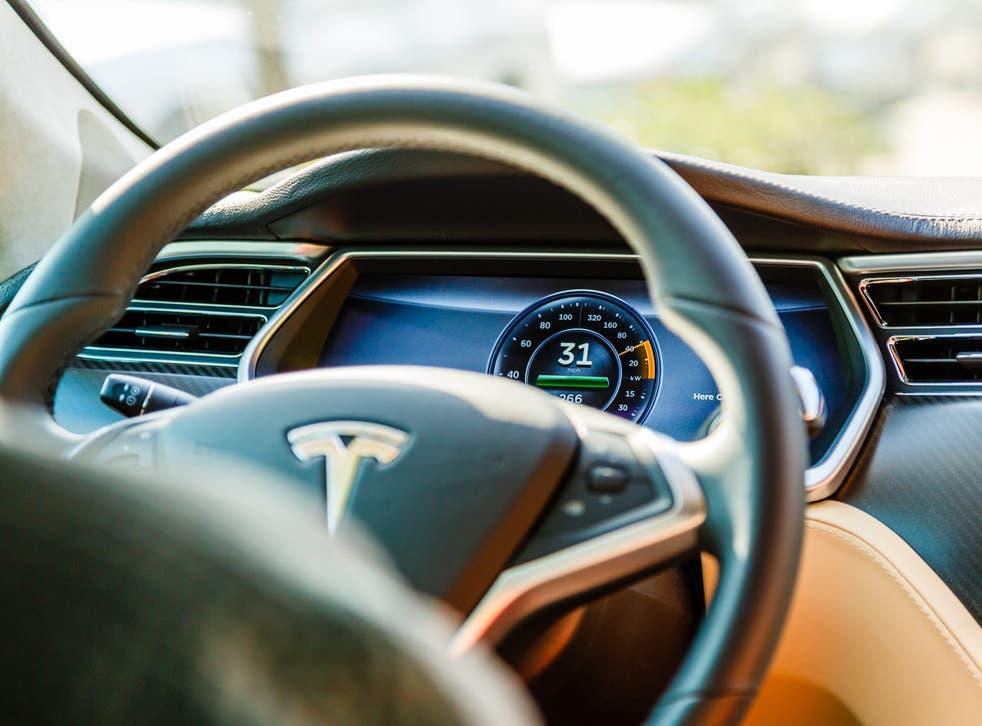 La cámara en el espejo retrovisor del Tesla Model 3 puede saber si un conductor está mirando su teléfono.