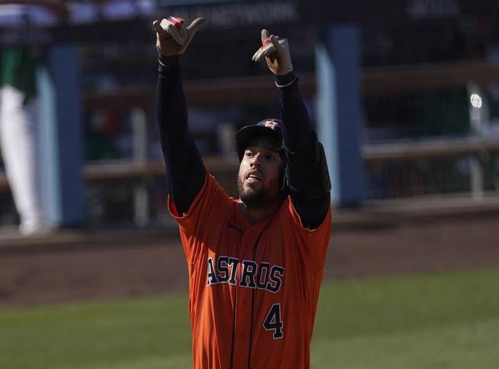 George Springer, de los Astros de Houston, festeja luego de conectar un jonrón en el quinto inning del segundo juego de la serie divisional de la Liga Americana frente a los Atléticos de Oakland, el martes 6 de octubre de 2020.