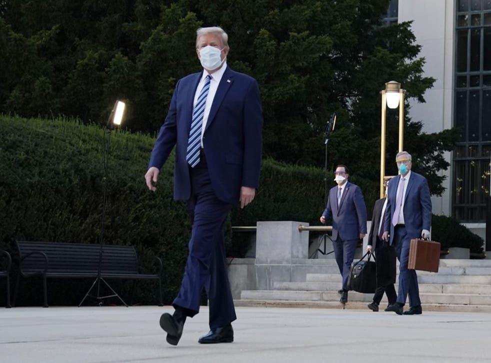 Donald Trump fotografiado a la salida del hospital militar donde estuvo internado tres días tras detectársele el COVID-19.  (Photo/Evan Vucci)