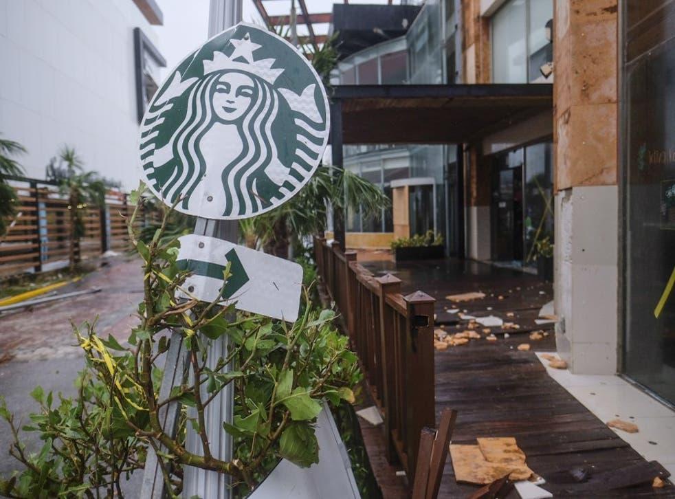 El letrero de una cafetería Starbucks y otros objetos dañados por los vientos del huracán Delta en Cancún, México, el miércoles 7 de octubre de 2020. (Foto/Víctor Ruiz García)