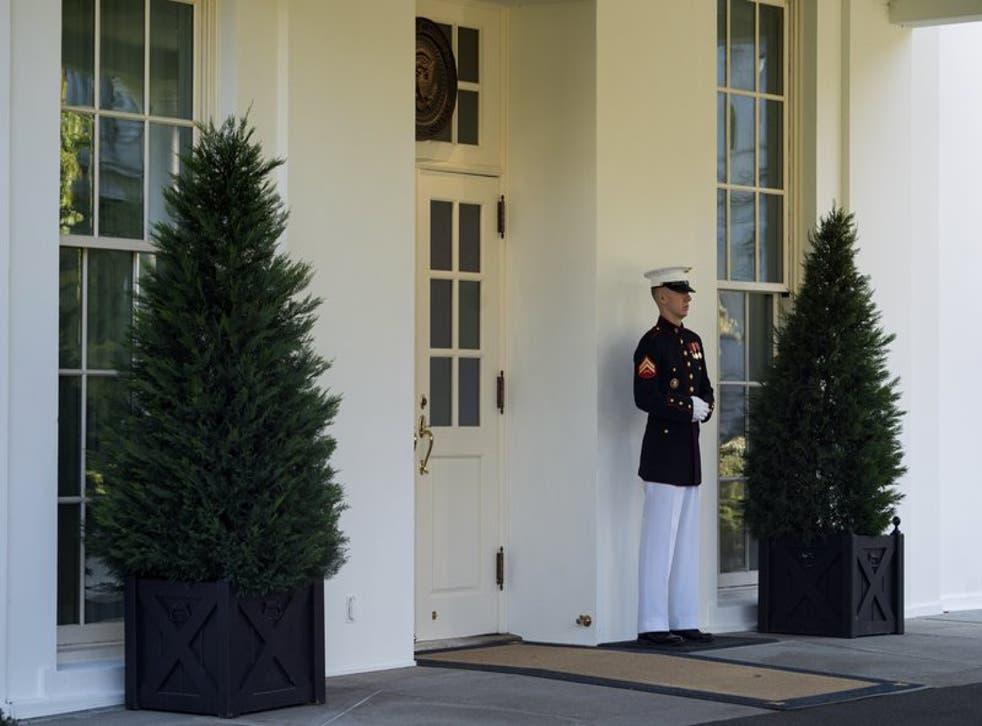 Un infante de Marina monta guardia afuera del Ala Oeste de la Casa Blanca el miércoles 7 de octubre de 2020, en señal de que el presidente Donald Trump se encuentra en la Oficina Oval, en Washington. (Foto/Evan Vucci)