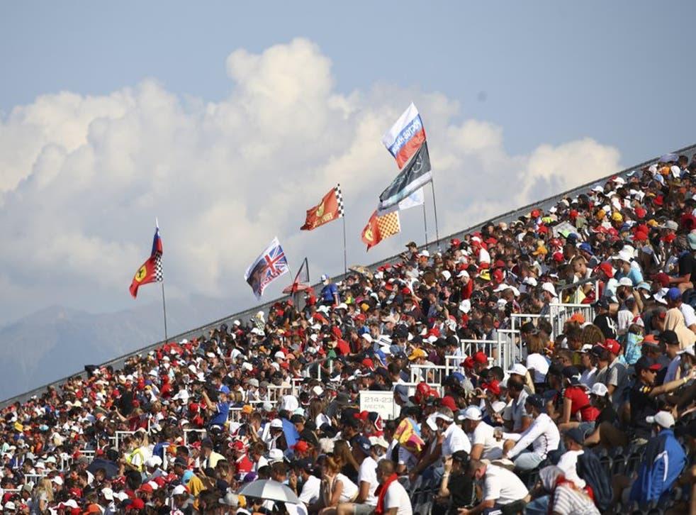 Espectadores en las gradas durante el Gran Premio de Fórmua Uno de Rusia en el circuito de Sochi, el domingo 27 de septiembre de 2020.