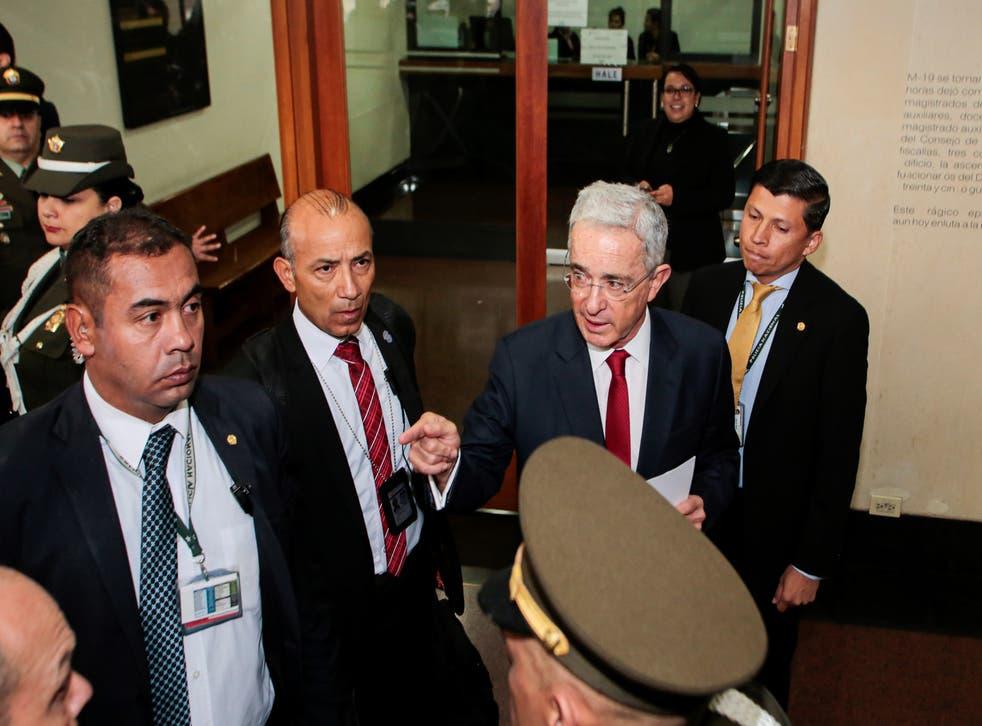 El expresidente colombiano Álvaro Uribe llega al Palacio de Justicia para una audiencia ante la Corte Suprema